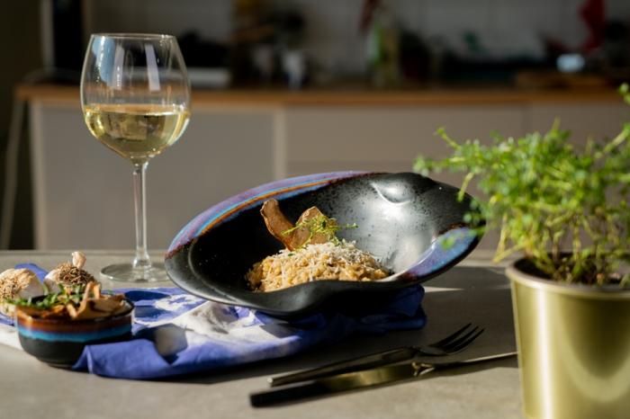risotto de setas preparado con vino blanco y parmesano rallado, originales ideas de comidas para una cena con amigos