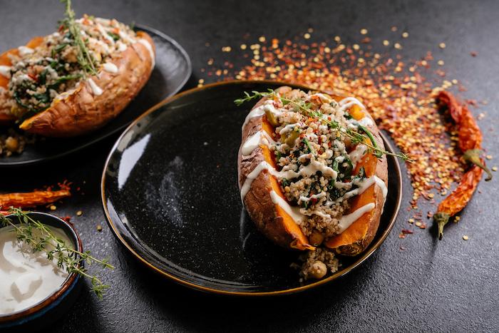 batatas con quinoa y salsa de yogur, recetas de platos para conseguir una dieta equilibrada, batatas rellenas