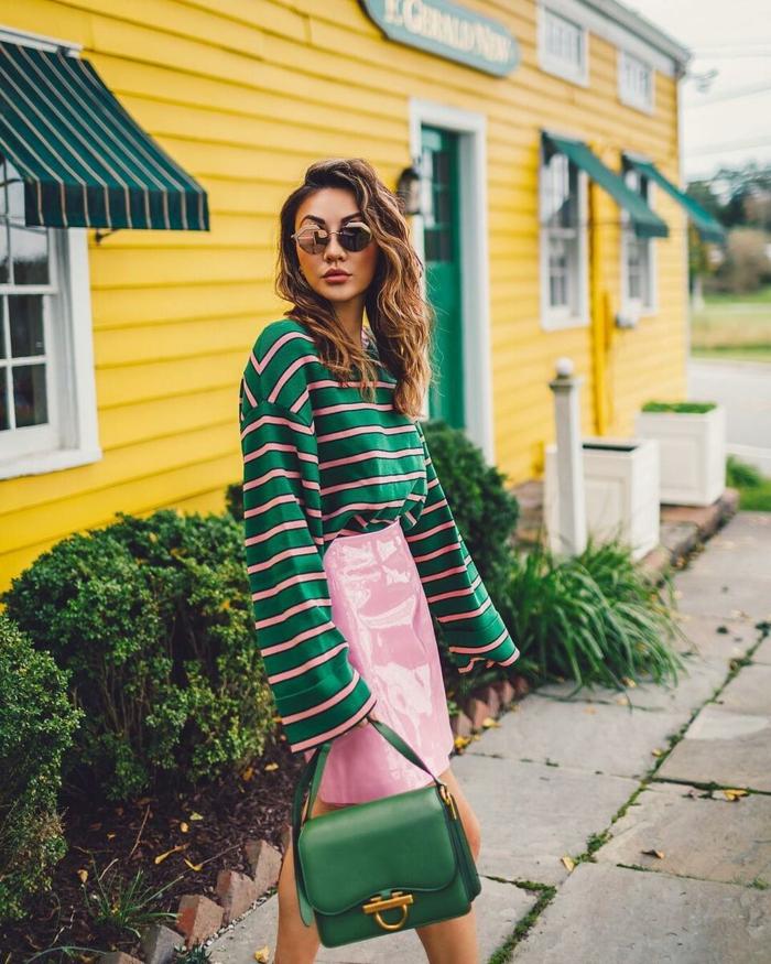 ejemplos de colores que pegan con el verde, falda de cuero color rosado, jersey en color verde con rayas en rosado