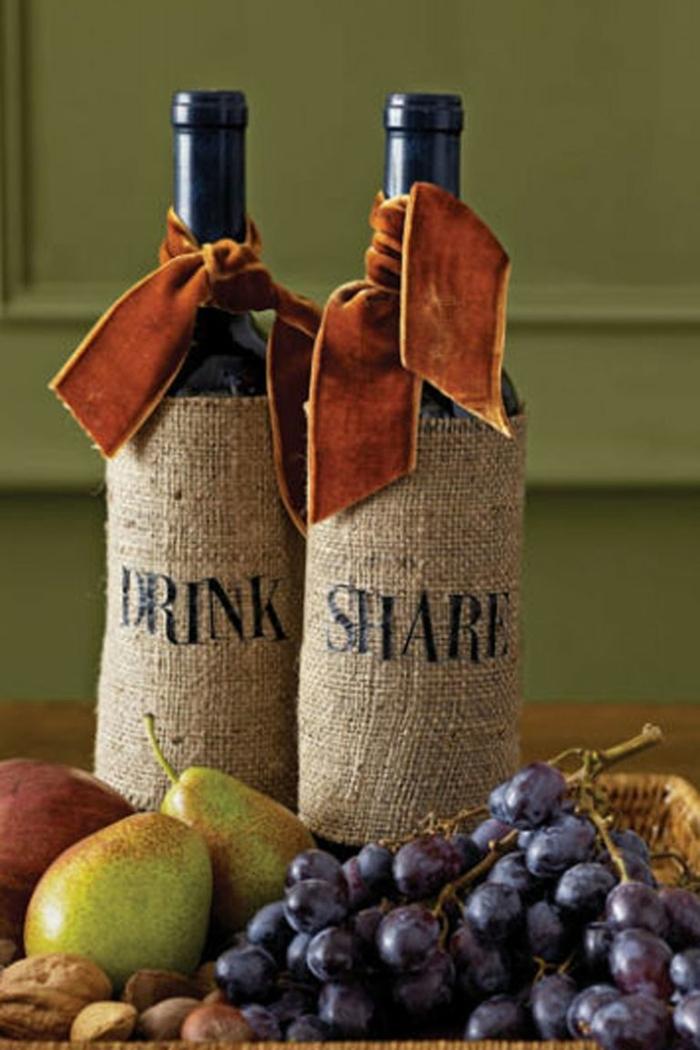 centro de mesa DIY con botellas de vino decoradas, ideas par dar un aire acogedor a tu casa en otoño