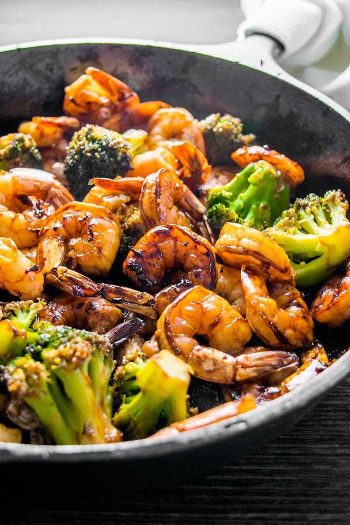 gambas con brócoli, comidas saludables y ricas para una cena con amigos, comidas faciles y ricas para preparar en casa