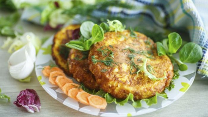 cenas con amigos fáciles para hacer en verano, albóndigas vegetarianas de calabacin, recetas para cenas sanas