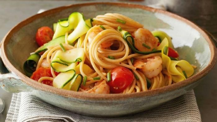 espaguetis con calabacines, tomates y calamares, cenas bajas en calorias y saludables, recetas para una vida sana