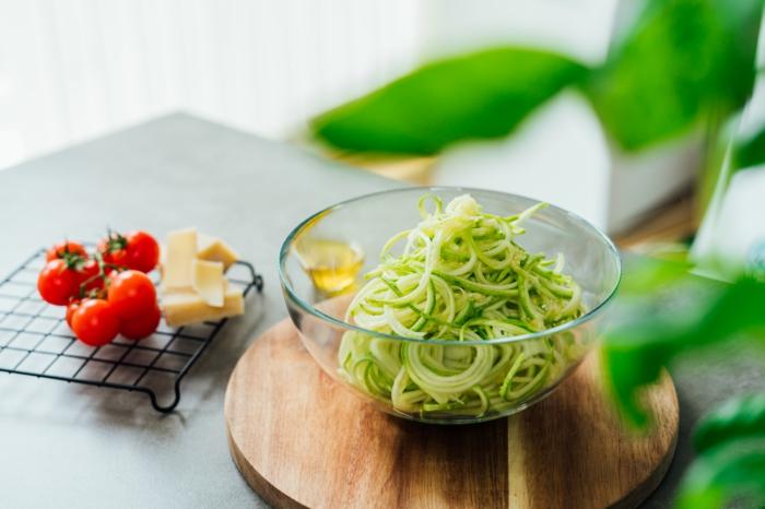calabacines rallados para hacer zoodles, fotos con ideas de recetas saludables, ideas de recetas sanas y faciles de hacer en casa