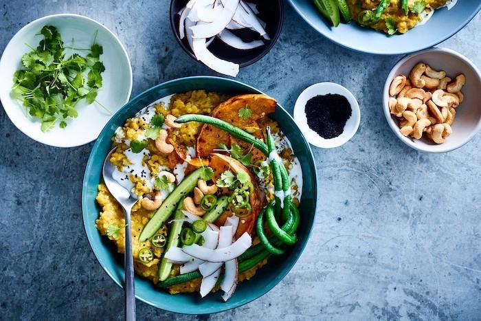 cenas nutritivas y saludables con ingredientes sanos, comidas con batatas, judías verdes y anacardos, cebolla roja
