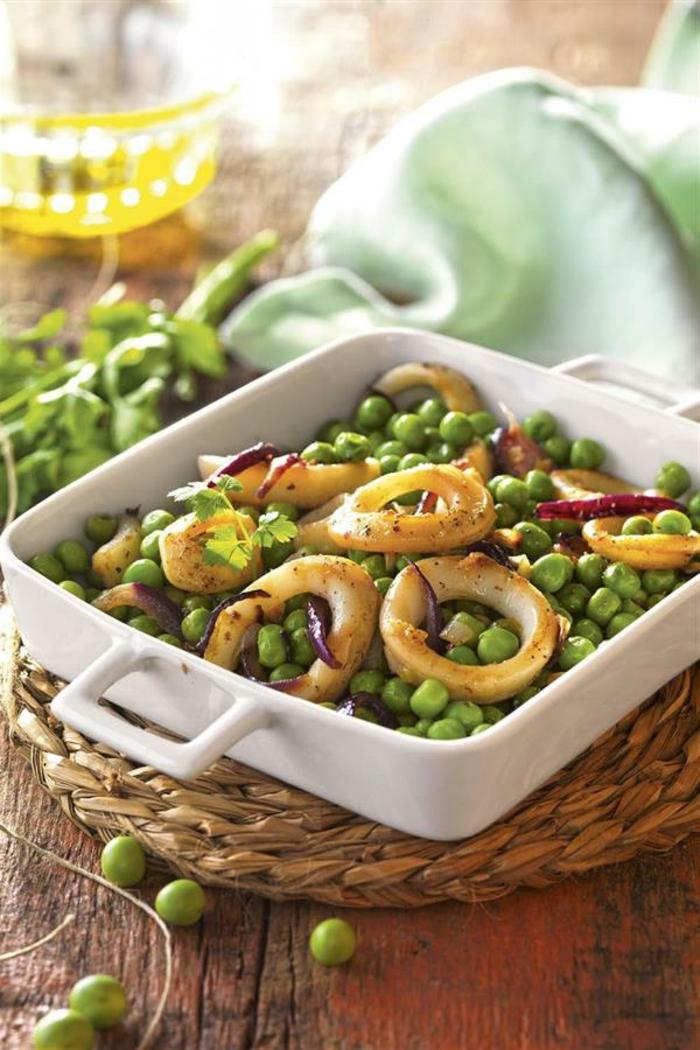 plato con guisantes y calamares, cenas bajas en calorias y saludables, cenas con ingredientes saludables