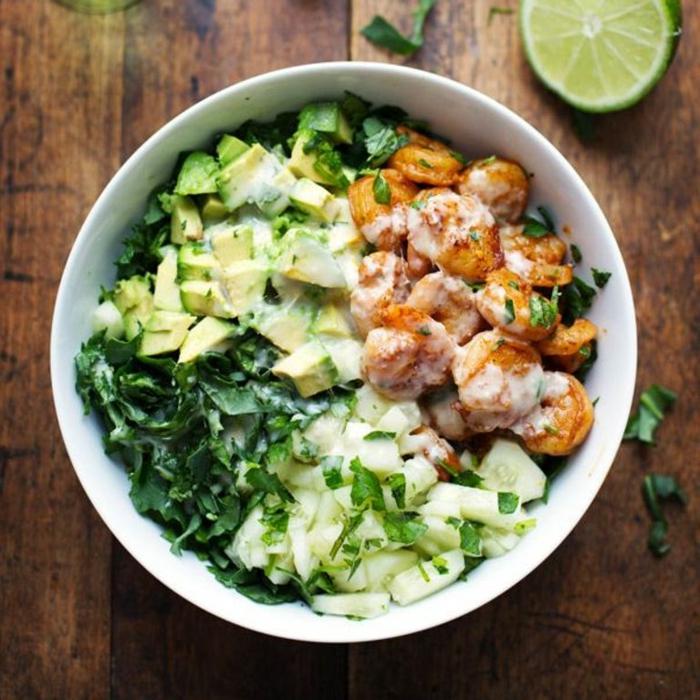 platos ligeros para una cena saludable, cenas bajas en calorias en fotos, ensalada con lechuga, aguacate y gambas