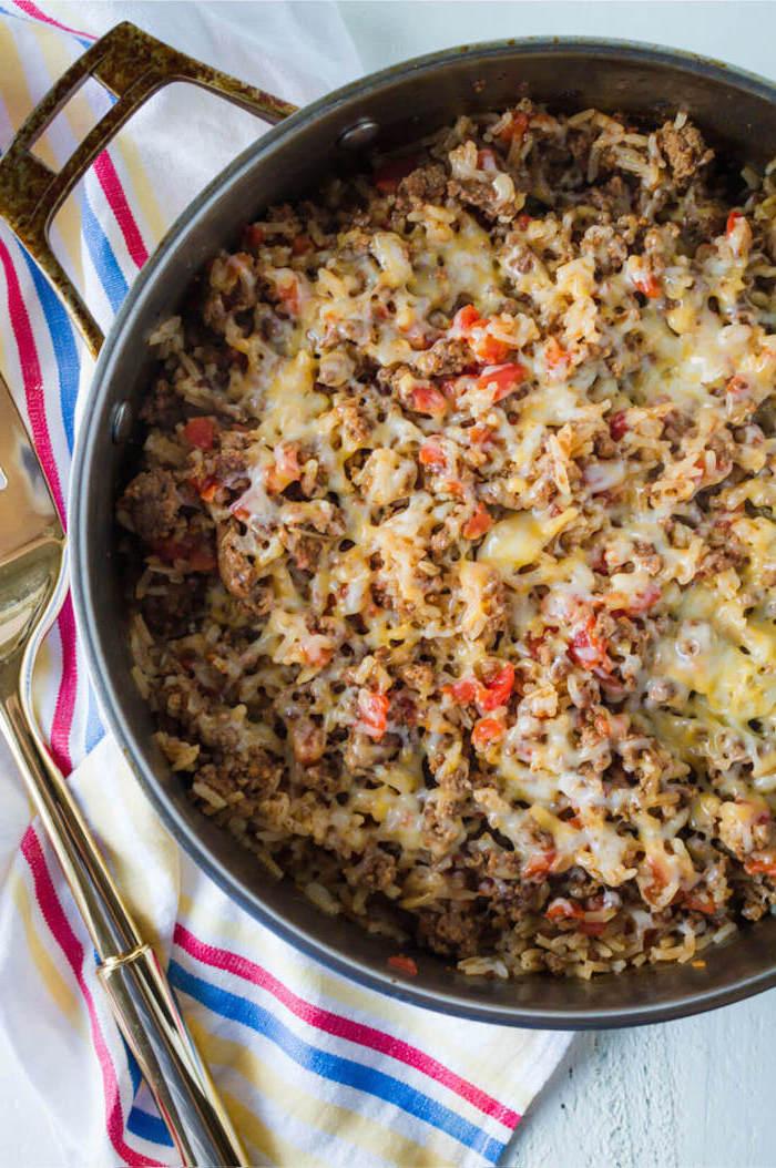 caserola con tomates, carne picada y quesos hundidos, ideas de cenas rapidas para toda la familia, qué cocinar hoy