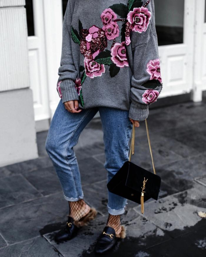 ideas de colores que combinan con gris, vaqueros en color blaro, combinados con zapatos negros y jersey gris con motivos florales