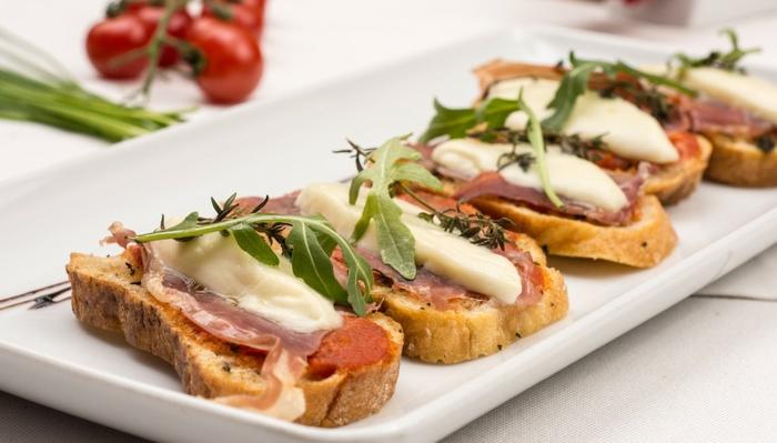 tostadas con quesos y jamón, tostadas con rúcola, queso hundido y jamón, desayunos y cenas ricas y saludables