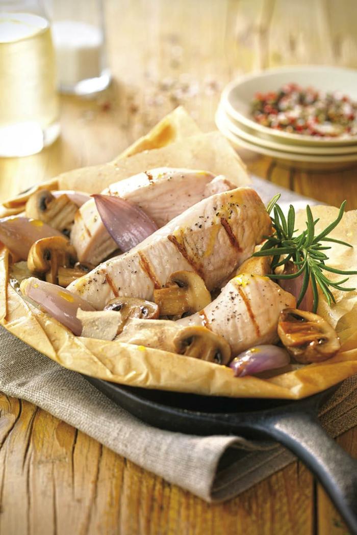 pollo a la parilla con romero, champiñones y cebolla roja, ideas de comidas sanas para preparar en casa