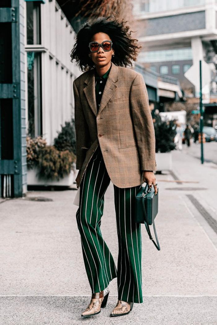 otos con ejemplos de colores que pegan con el verde, chaqueta maxy en color beige combinada con pantalón verde en rayas blancas