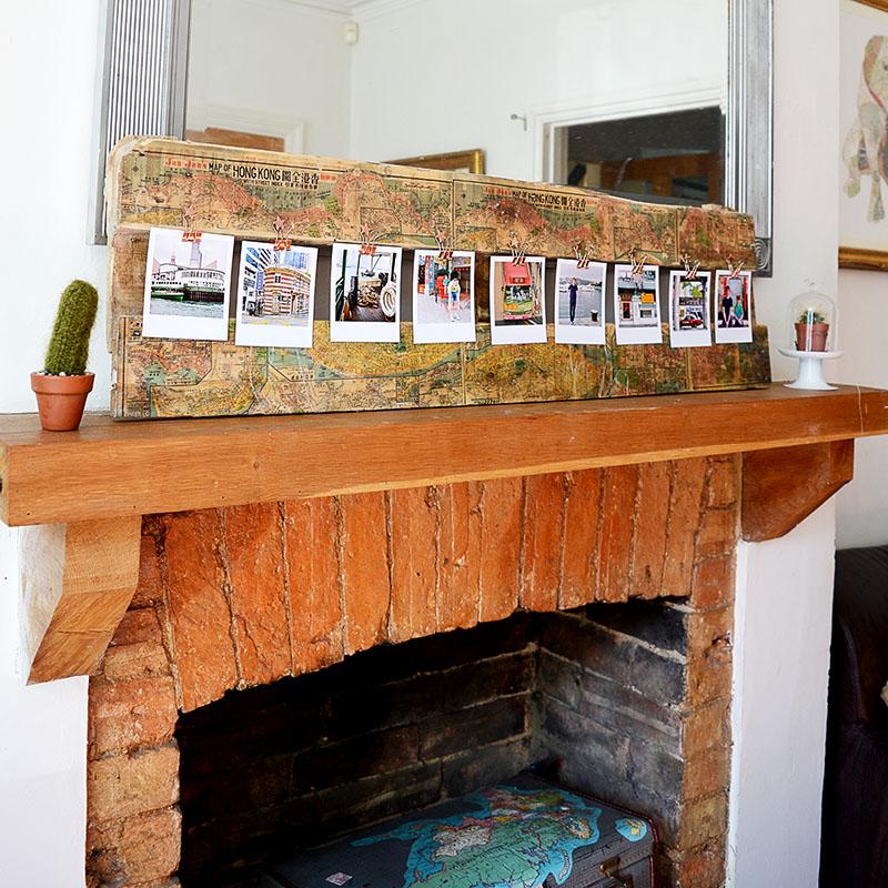 ideas de decoración casera con fotos de viajes, chimenea de leña, salón decorado en estilo rústico, ideas de regalos con fotos
