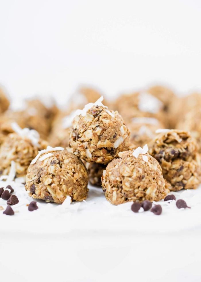 bocados dulces con copos de avena y chispas de chocolate, ideas sobre como hacer trufas saludables paso a paso