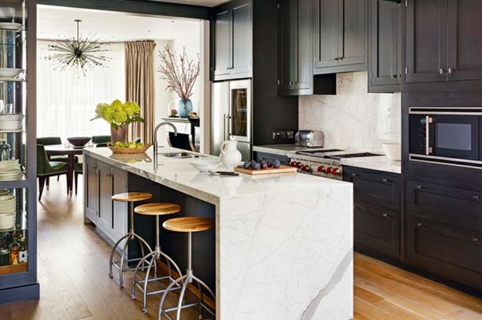 excelentes ideas sobre como decorar un salon cocina americana, grande isla con sillas altas con asientos de madera