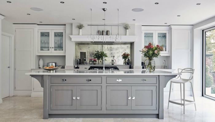 cocina con grande barra con armarios, ideas de interior en blanco y gris, colores para cocinas modernas