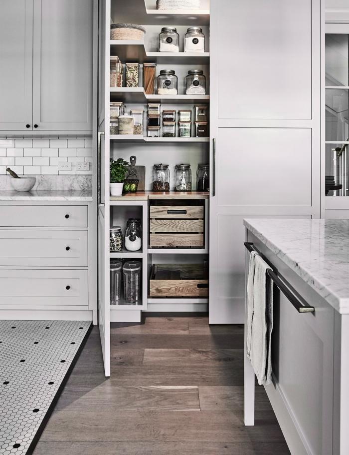 ideas sobre como amueblar una cocina moderna y funcional, armario con muchas estantes con lugar de almacenamiento