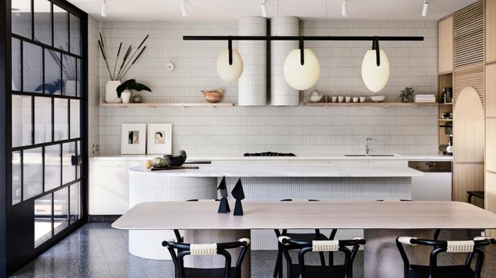 las mejores ideas de salon cocina americana, grande cocina decorada en blanco con mesa comedor y suelo de baldosas en gris