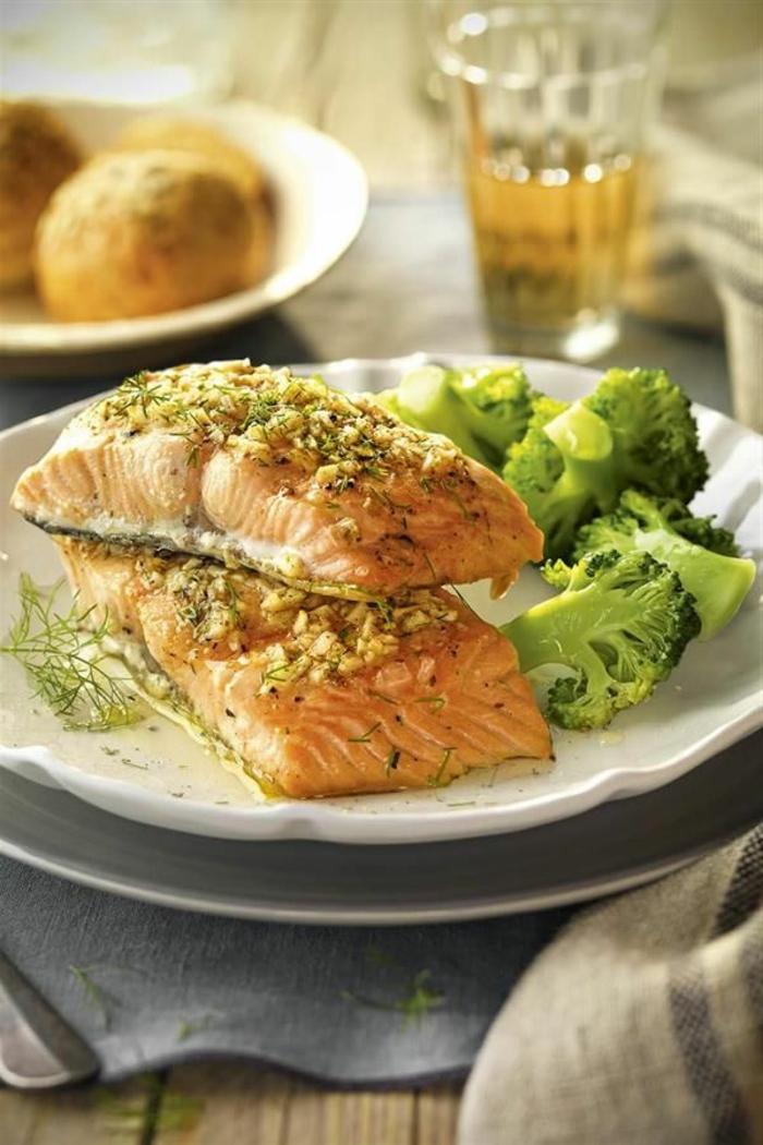 salmón al horno con nueves y bróli a vapor, ideas de platos saludables, recetas de salmón caseras