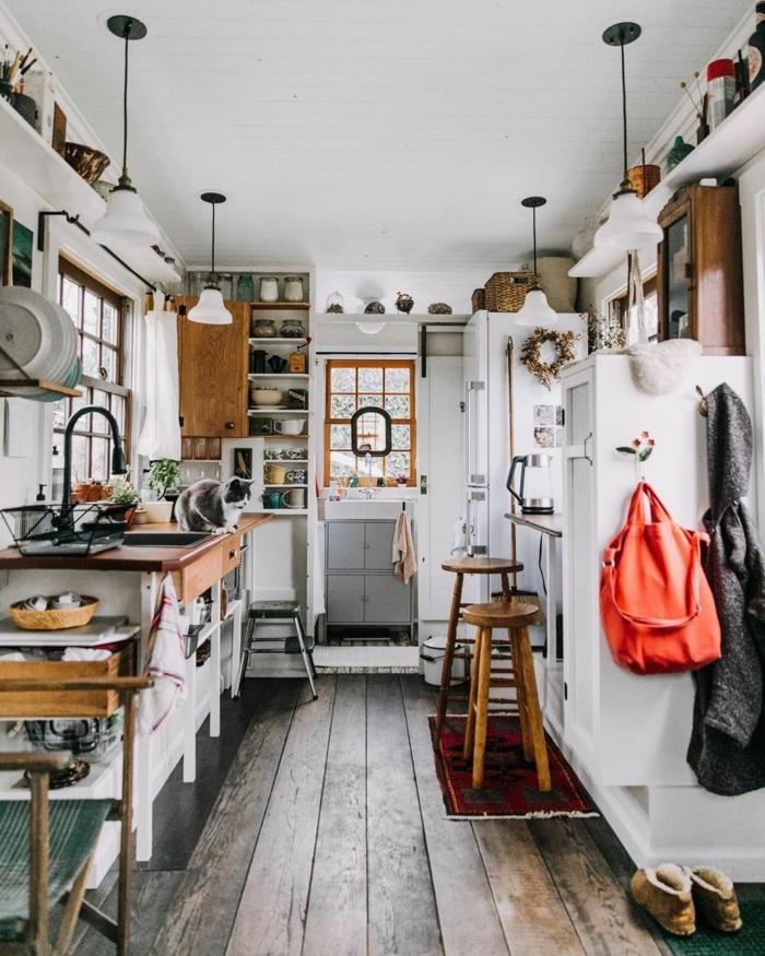 diseños de cocinas pequeñs con barras e islas, cocina acogedora en blanco con suelo de madera, fotos de cocinas pequeñas