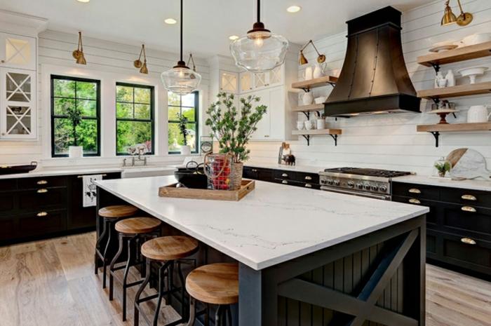 cocina espaciosa decorada en blanco y negro con grande barra y sillas con asientos de madera, espacio decorado en estilo rústico