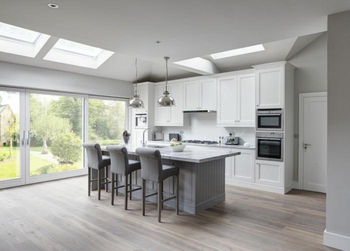 cocinas modernas blancas con muebles en color gris, suelo de parquet, paredes blancas y barra con sillas altas, fotos de cocinas modernas