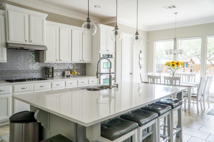preciosa cocina con grande barra y sillas alta, fotos de cocinas modernas blancas modernas, cocina abierta al comedor