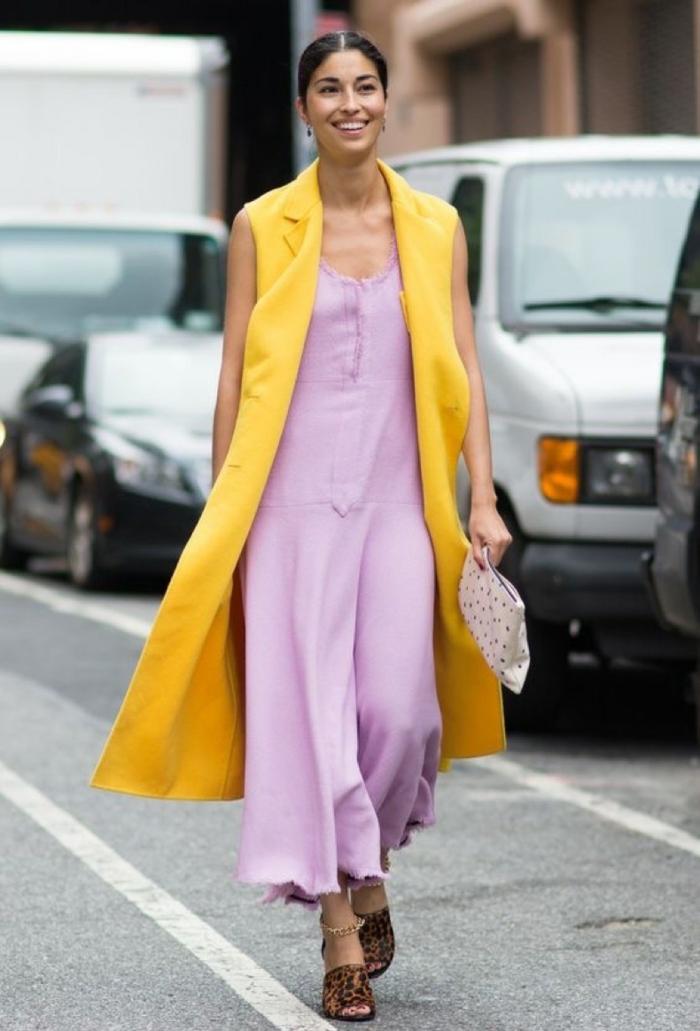 colores que combinan bien uno con otro, ideas para combinar colores ropa, vestido en color lavanda combinado con chaleco color amarillo