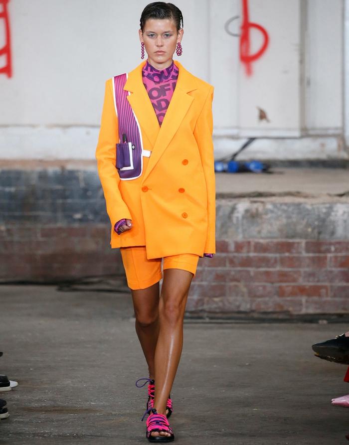 colores que combinan con amarillo y naranja, ideas de combinaciones de colores vívidos, utfit moderno mujer colores vibrantes
