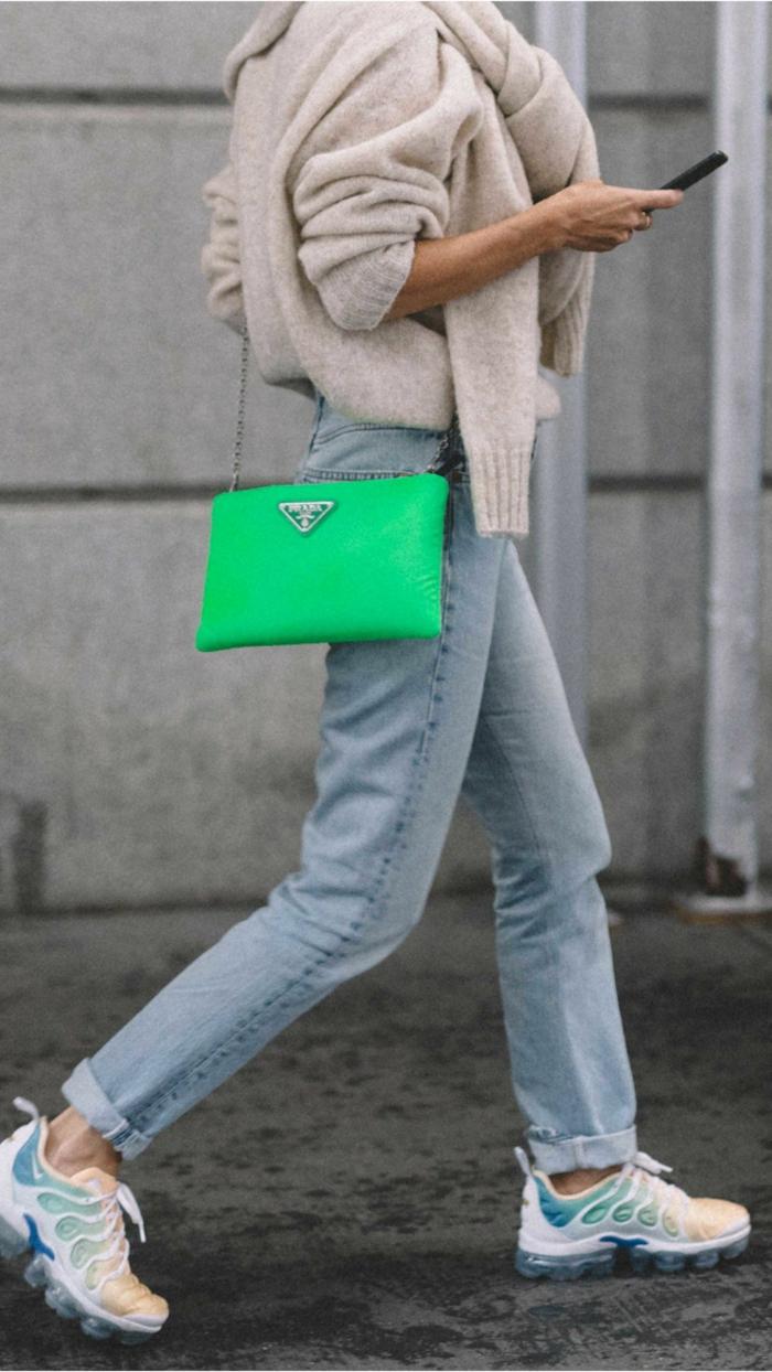 casual outfit combinado con un bolso moderno en color verde, neón, ideas de combinaciones de colores en fotos