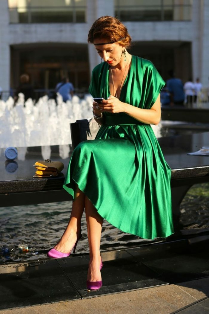 ideas para combinar colores ropa, vestido midi color verde brillante combinado con tacones altos en color morado