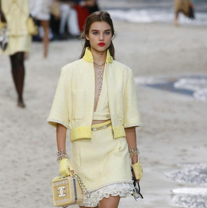 bonitas ideas sobre cómo combinar el color amarillo, chaqueta corta combinada con una falda en color amarillo muy pálido