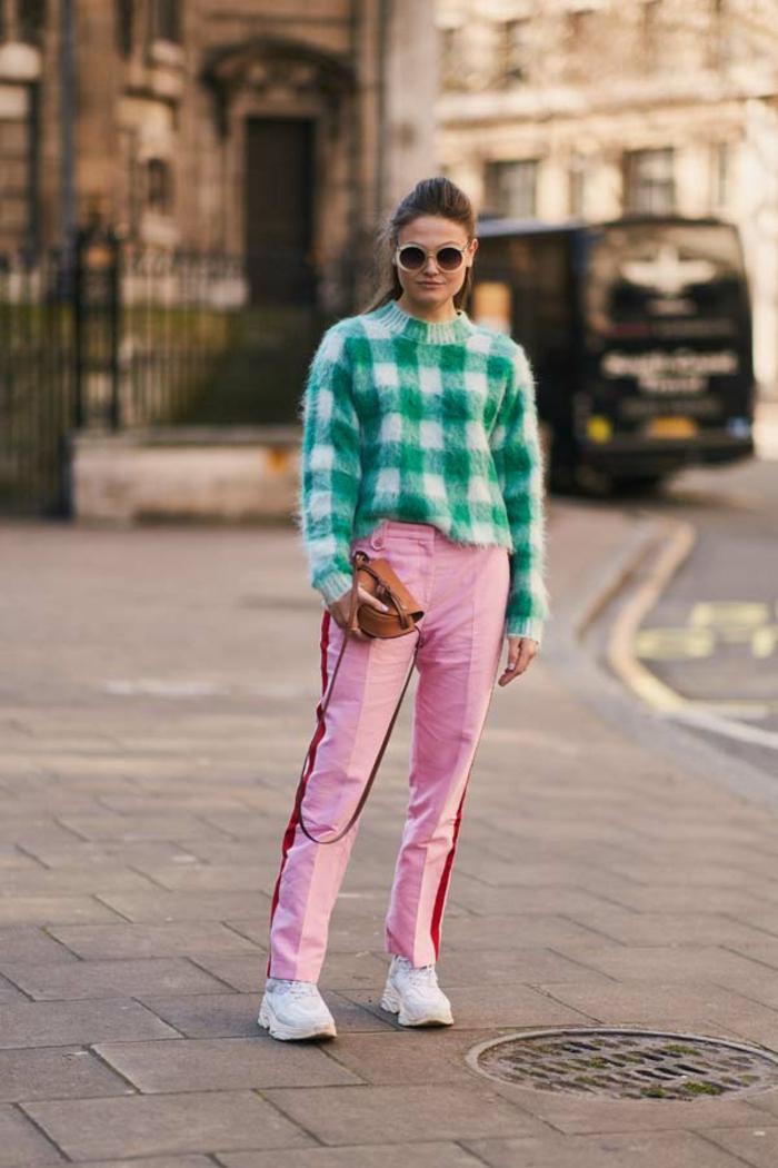 combinaciones de colores inusuales, jersey estampado de cuadros en blanco y verde combinado con un pantalón color rosado con rojo