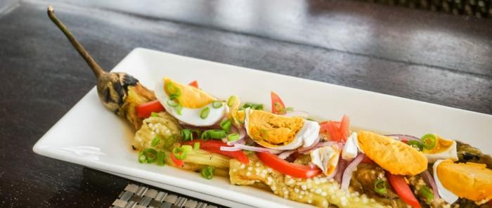 platos filipinos ricos y originales, plato con berenjenas y huevos cocidos, platos saludables y faciles de hacer