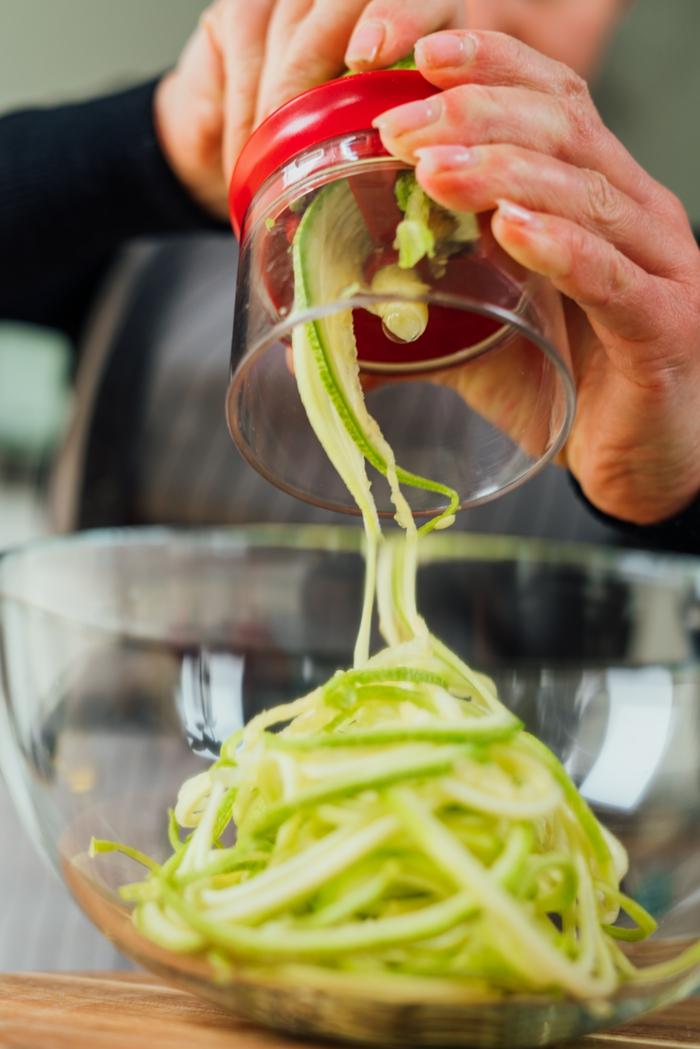 como hacer espaguetis de calabacin paso a paso, ideas de recetas de zoodles saludables, platos ricos y faciles de hacer en casa