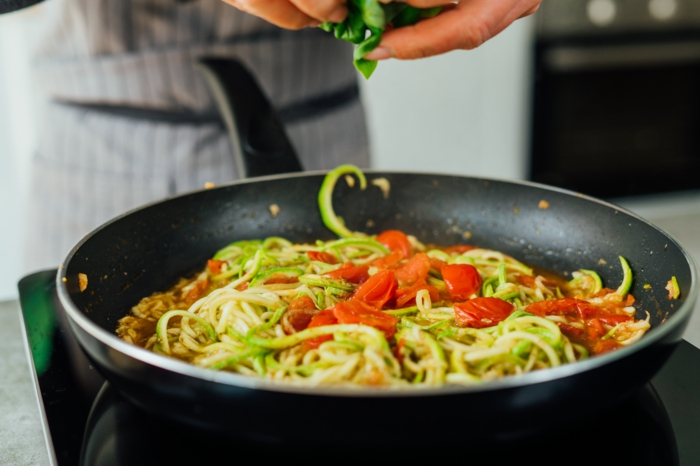 como hacer zoodles paso a paso, ideas de recetas ligeras y ricas para hacer en casa, como preparar zoodles paso a paso