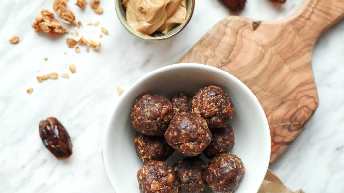 picaduras energéticas con dátiles, manteca de maní y nueces, ideas de recetas de dátiles dulces, originales ideas de recetas saludables