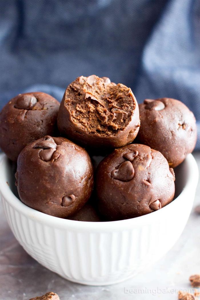 bolas ricas y fáciles de hacer sin azúcar, picaduras energéticas con chocolate y manteca de maní, recetas para una merienda saludable