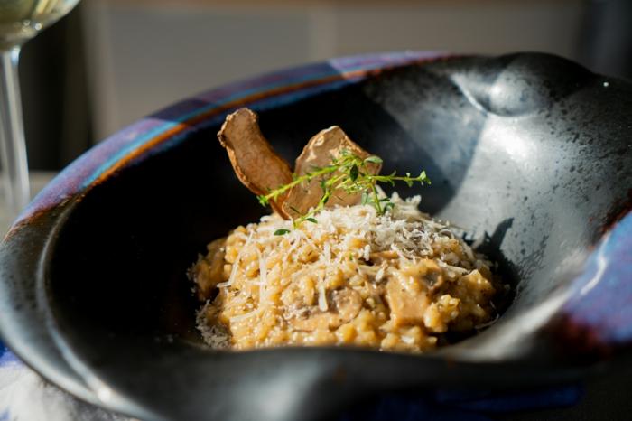 platos ligeros y saludables con arroz, las mejores recetas de platos para preparar en casa, risotto con setas , vino blanco y parmesano