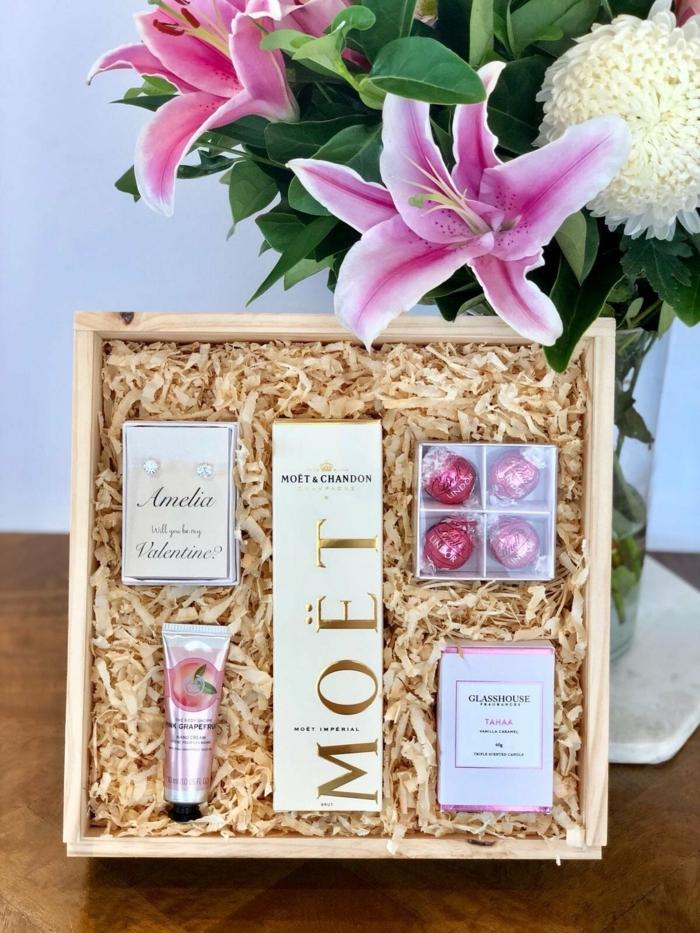 canastas y cajas llenas de regalos especiales, perfume, champan, caramleos, cremas, ideas de regalos para un presupuesto más alto