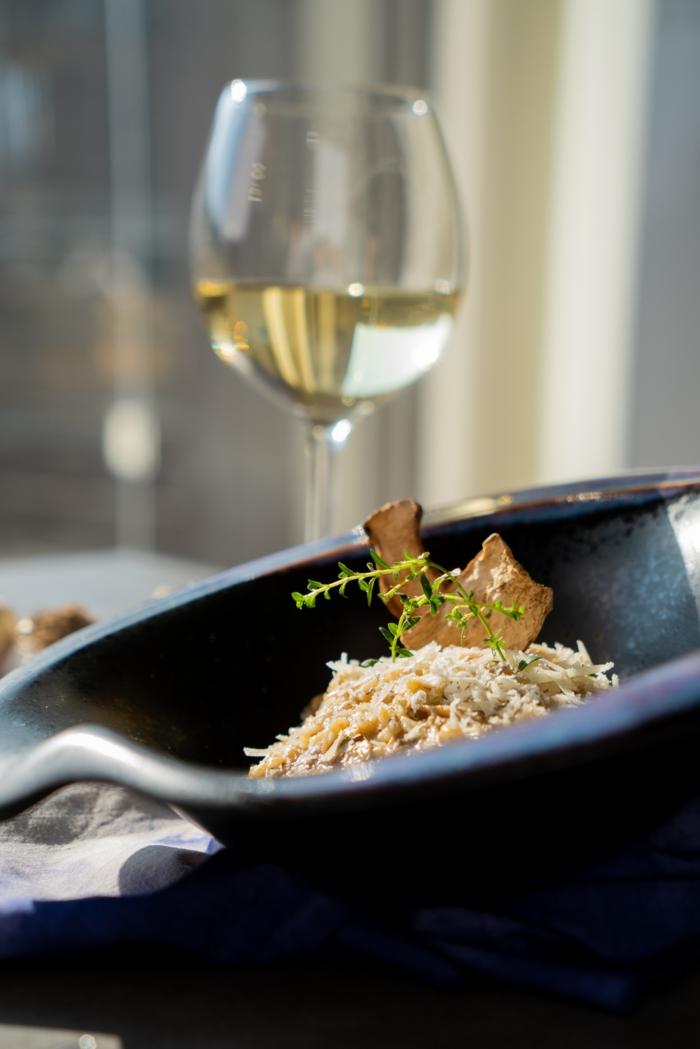 rissoto con setas adornado de queso parmesano rallado, tomillo fresco y setas secas, fotos de comidas saludables y ricas