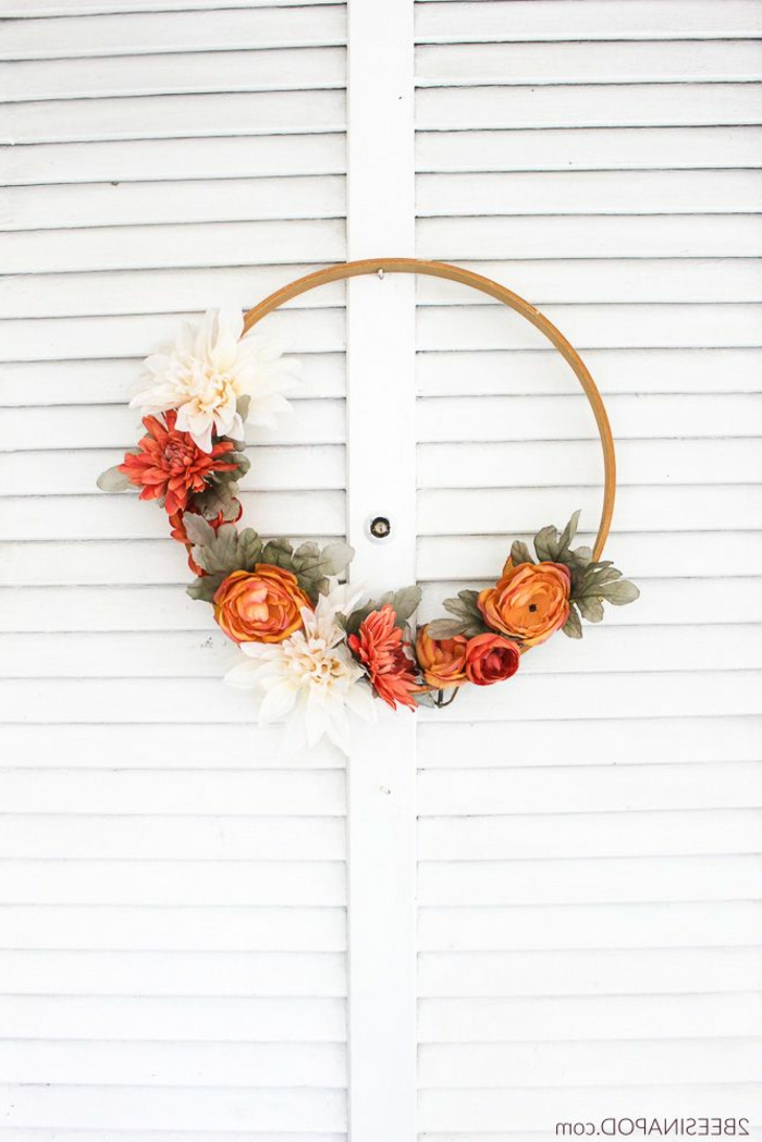 ideas para dar un air otoñal y acogedor a tu casa, corona con flores artificiales en los colores del otoño, manualidades faciles y originales