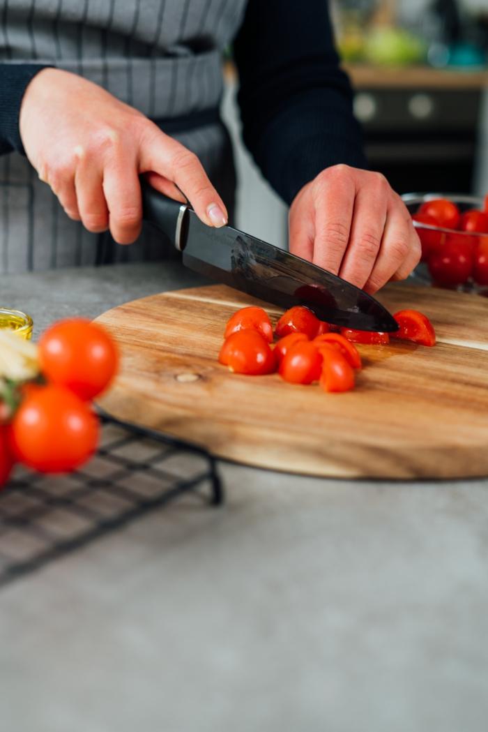 cortar los tomates uva paso a paso, ideas de recetas caseras saludables, como preparar zoodles, ideas de cenas ligeras