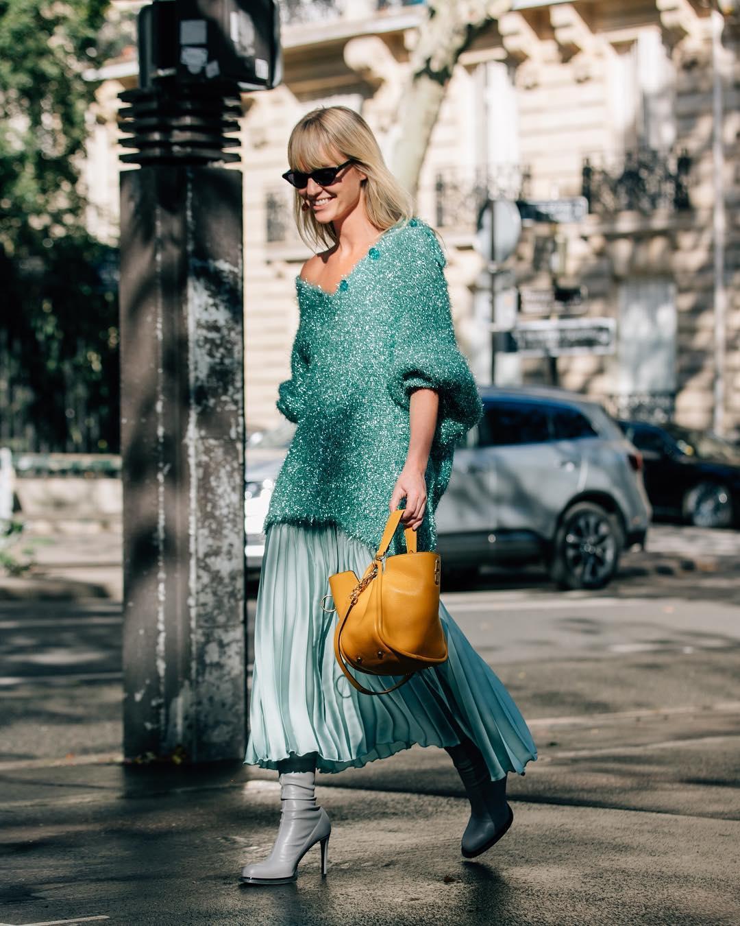 ideas sobre cómo combinar los colores en las prendas, moda mujer 2019 2020, falda midi en pliegues en color azul hielo