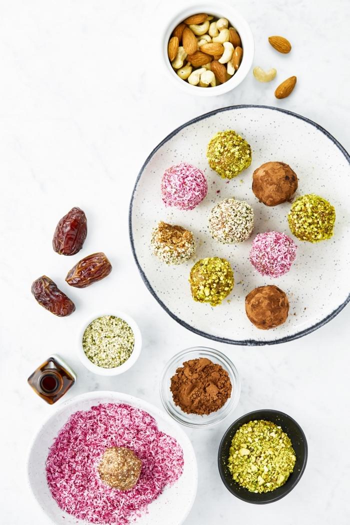 cómo hacer mordeduras energéticas con ingredientes saludables, bolas proteicas con nueces, almendras, datiles y ralladura de coco