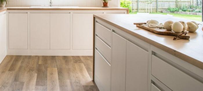 cocinas modernas blancas con barras de madera, fotos de cocinas modernas con barras, cocinas con isla en estilo moderno