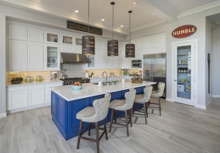 grande cocina con barra decorada en estilo industrial, cocina con armarios y paredes blancas y suelo de parquet, barra azul