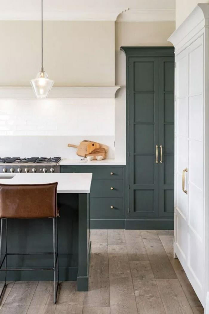 cocinas modernas blancas decoradas en estilo vintage, paredes blancas, suelo de parquet y muebles decorados en verde oscuro