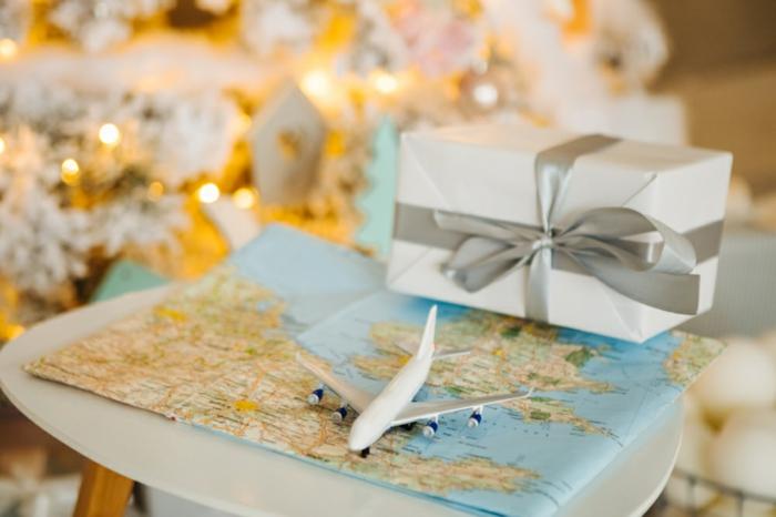 pequeños detalles para regalar a las personas que aman los viajes, ideas de regalos temáticos para aventureros