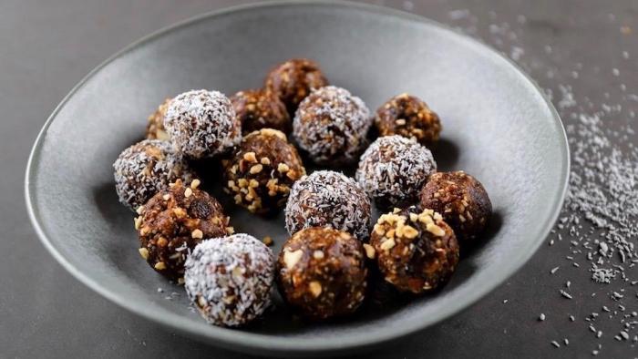 trufas y bocados de chocolate con ingredientes saludables, bolas de chocolate negro con trozos de pistacho y ralladura de coco
